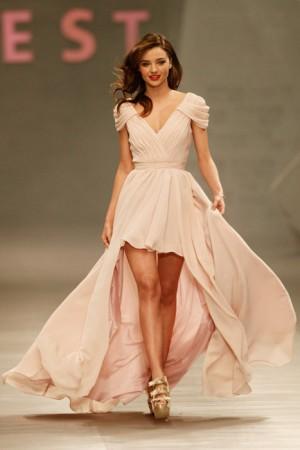 美しい姿勢のミランダ・カー