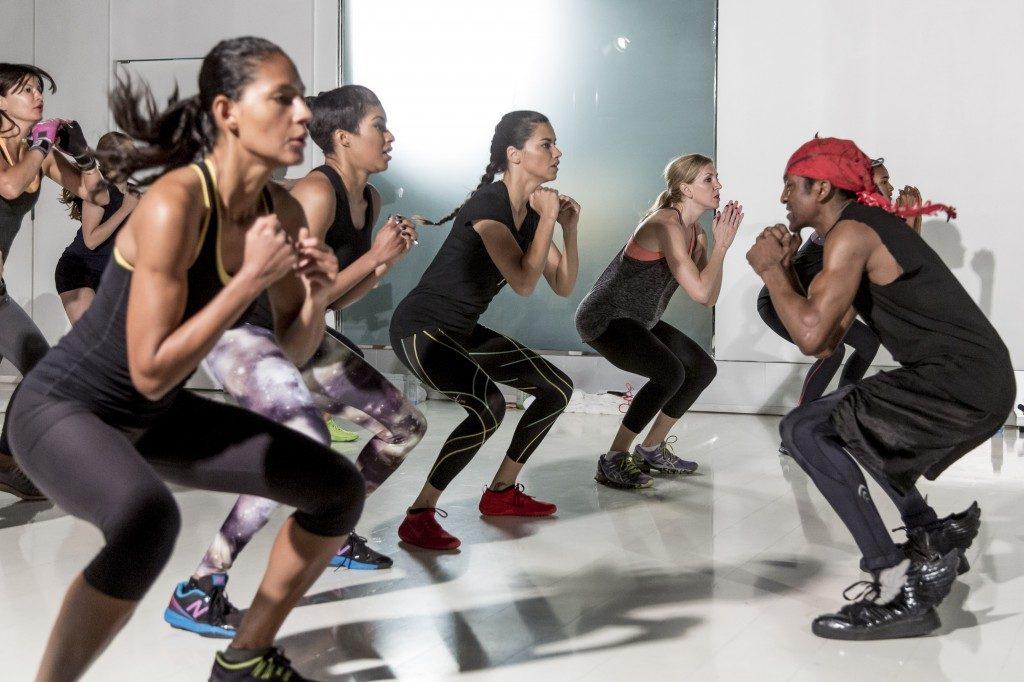 マシンを使わず自分の体を駆使してトレーニングをするアドリアナ・リマ