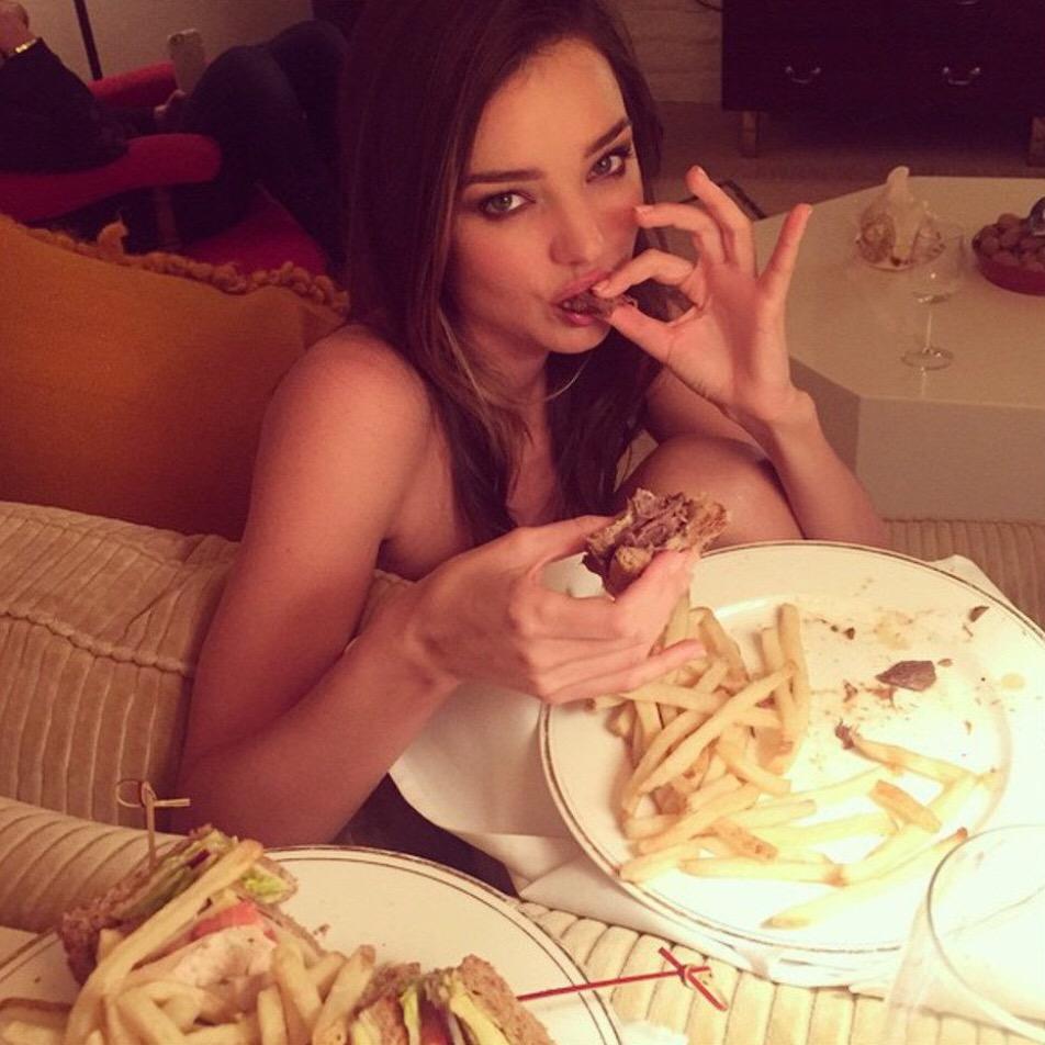 ジャンクフードを食べるミランダ・カー