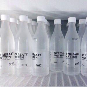 大量の水のボトル