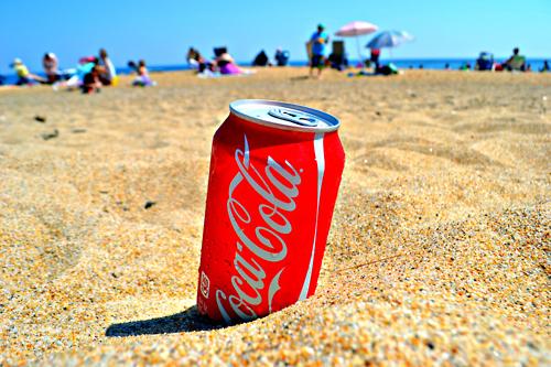 砂浜のコーラ