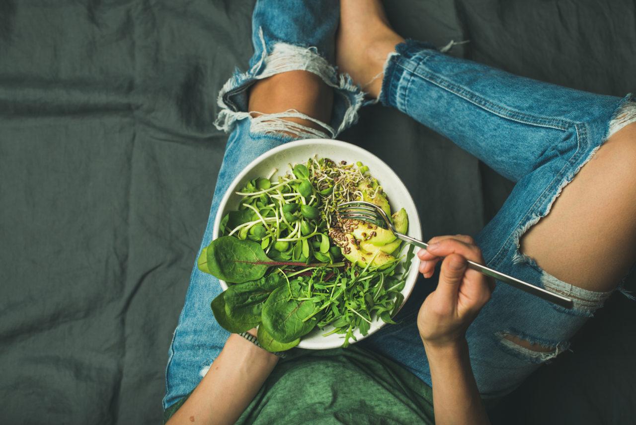 葉野菜を食べる女性