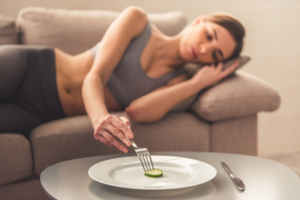 極端な食事制限をするダイエット女性