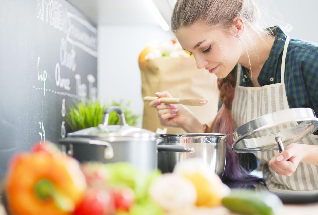野菜スープを作る女性