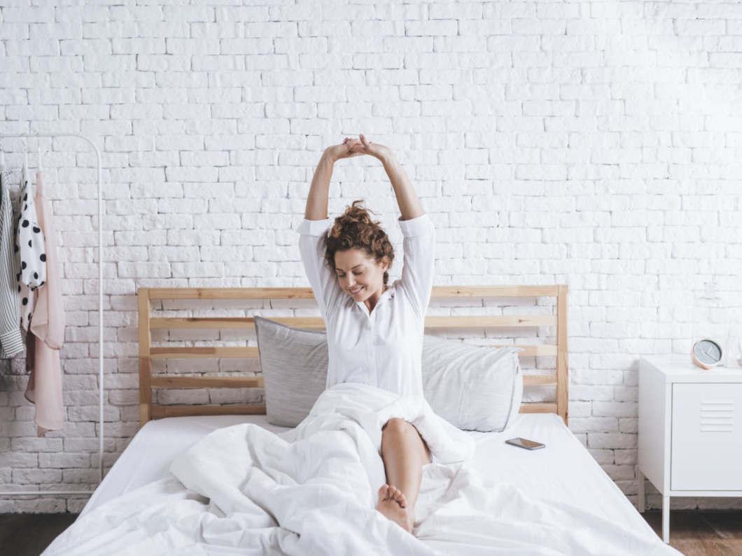 ベッドの上でストレッチ