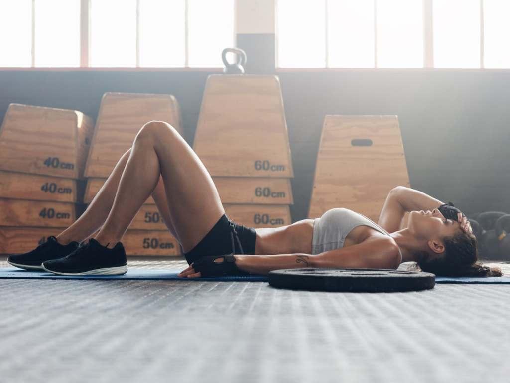 高強度トレーニングで疲労困憊する女性