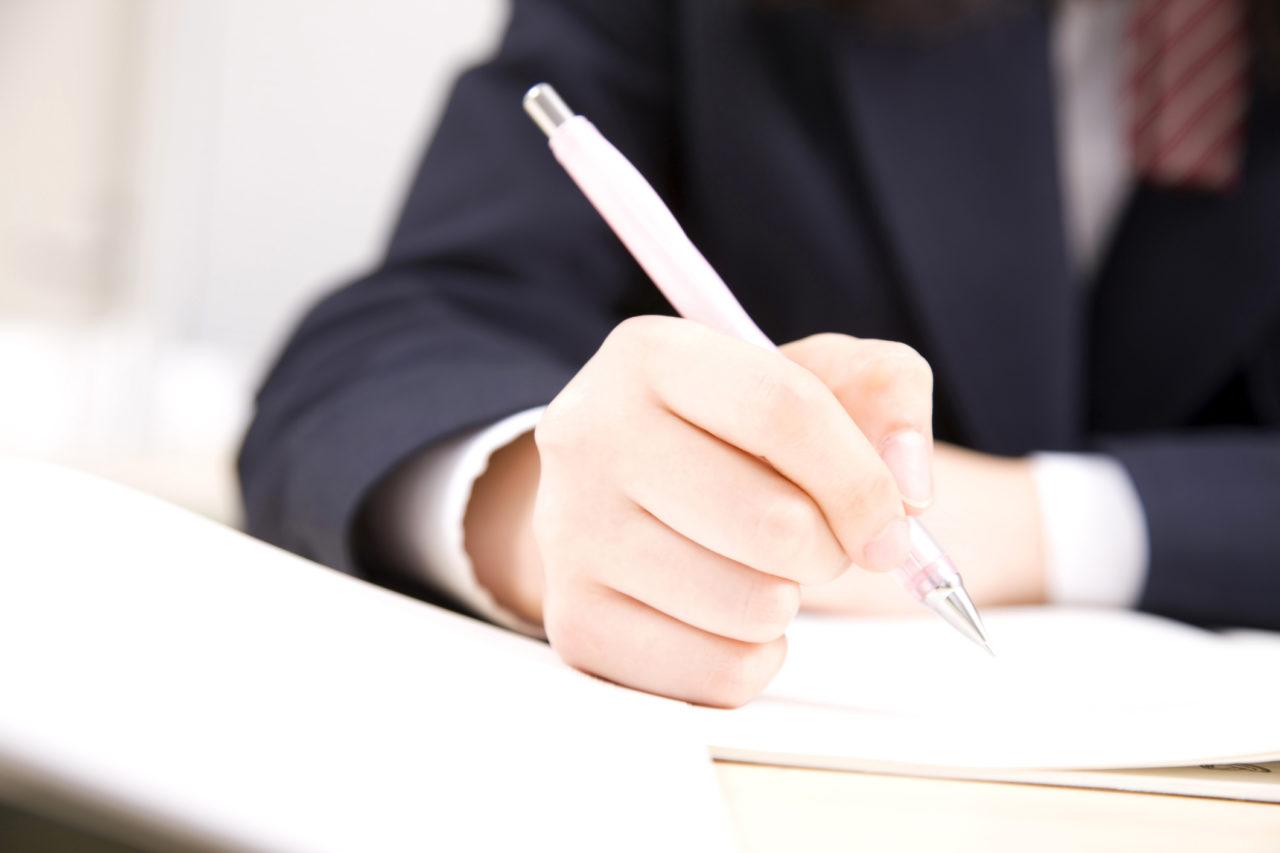 机で勉強する学生