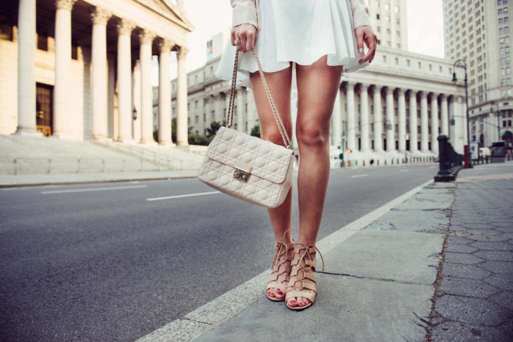 街を歩く女性の美脚
