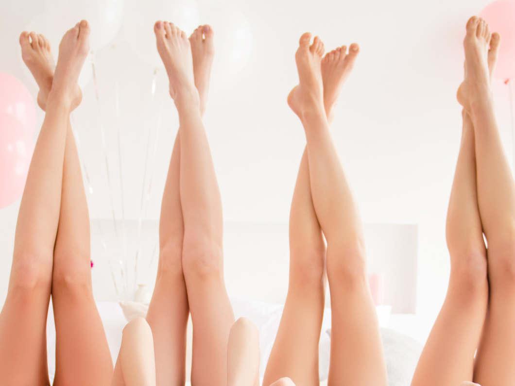 並んだ女性の美脚